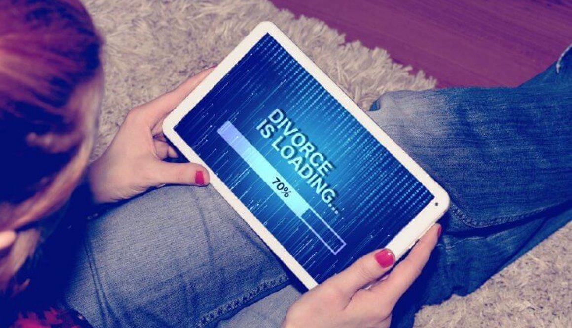 Eine Frau, ein Tablet PC und die Scheidung