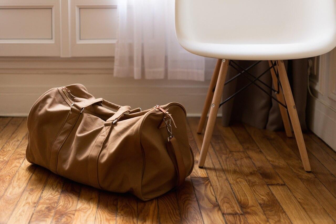 De tas in de hoek van de kamer