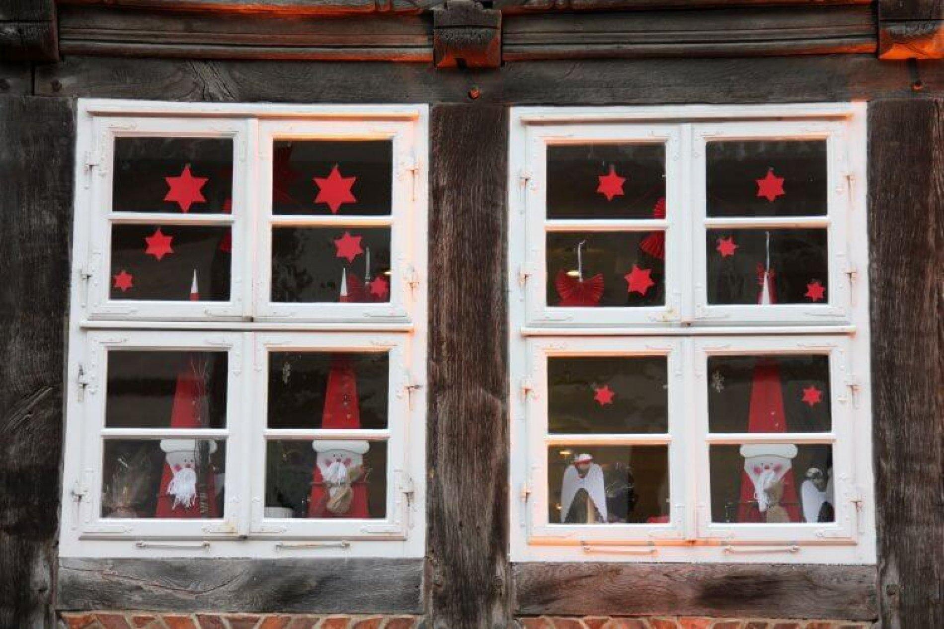 wood-house-star-window-glass-building-1010717-pxhere.com